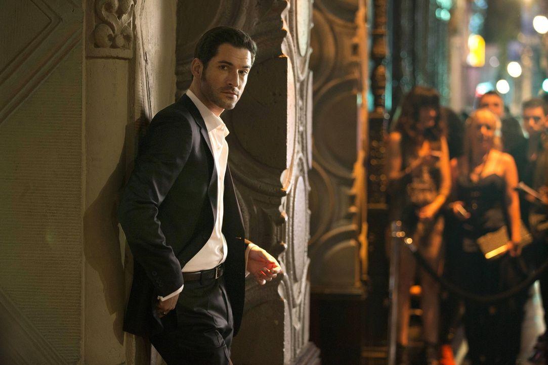 Partys, Frauen und Alkohol: Lucifer (Tom Ellis) lässt es sich im glamourösen Nachtleben von Los Angeles gutgehen, bis ein Freund von ihm ermordet wi... - Bildquelle: 2016 Warner Brothers
