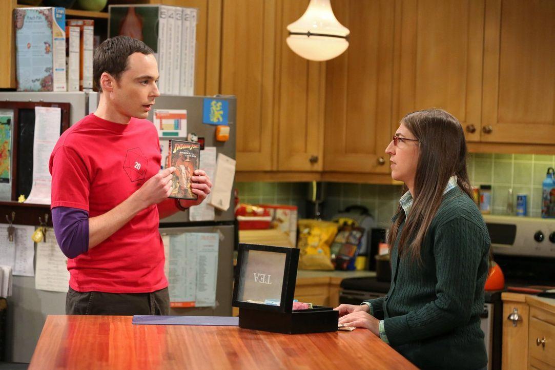 Während Sheldon (Jim Parsons, l.) versucht, sich an Amy (Mayim Bialik, r.) zu rächen, nachdem sie einen seiner Lieblingsfilme für ihn ruiniert hat,... - Bildquelle: Warner Bros. Television