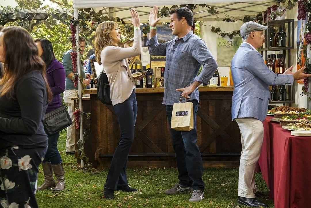 Als Bonnie (Allison Janney, l.) den charmanten Joe (David James Elliott, r.) kennenlernt, setzt sie ihre Beziehung zu Adam aufs Spiel ... - Bildquelle: 2016 Warner Bros. Entertainment, Inc.