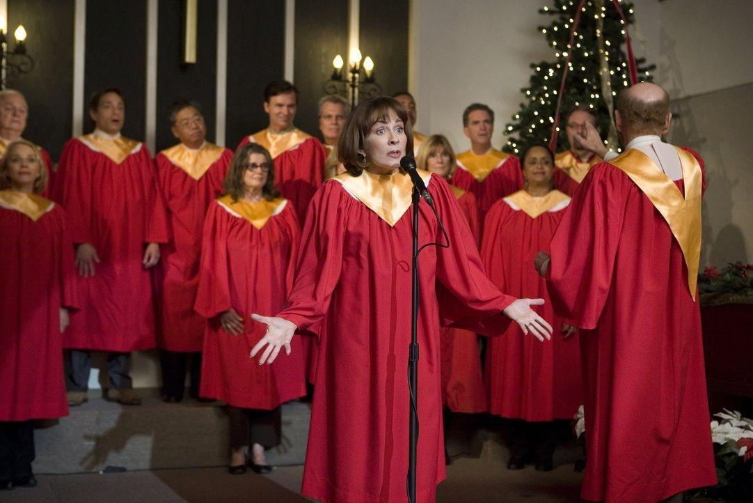 Frankie (Patricia Heaton, M.) ergattert ein Solo im Weihnachtschor, doch das heißt, dass sie nun noch mehr proben muss und keine Zeit hat, die Weihn... - Bildquelle: Warner Brothers