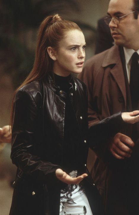 Eines Tages macht die verwöhnte Lexy (Lindsay Lohan, l.) ein kompromittierendes Foto von ihrem Lehrer, welches am Tag darauf ohne ihr Wissen in der... - Bildquelle: Disney