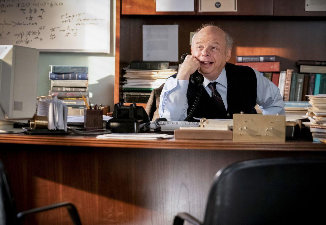 Dr. John Sturgis (Wallace Shawn) - Bildquelle: Erik Voake 2019 WBEI. All rights reserved. / Erik Voake