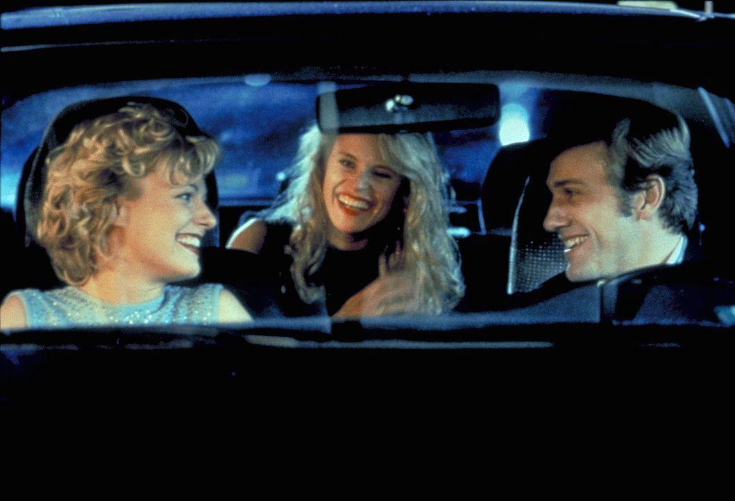 Weder Karen (Leslie Malton, M.) noch Birgit (Eva Hassmann, l.) ahnen, dass Stephan Gröner (Christoph Waltz, r.) ein hemmungsloser Serienmörder ist... - Bildquelle: ProSieben