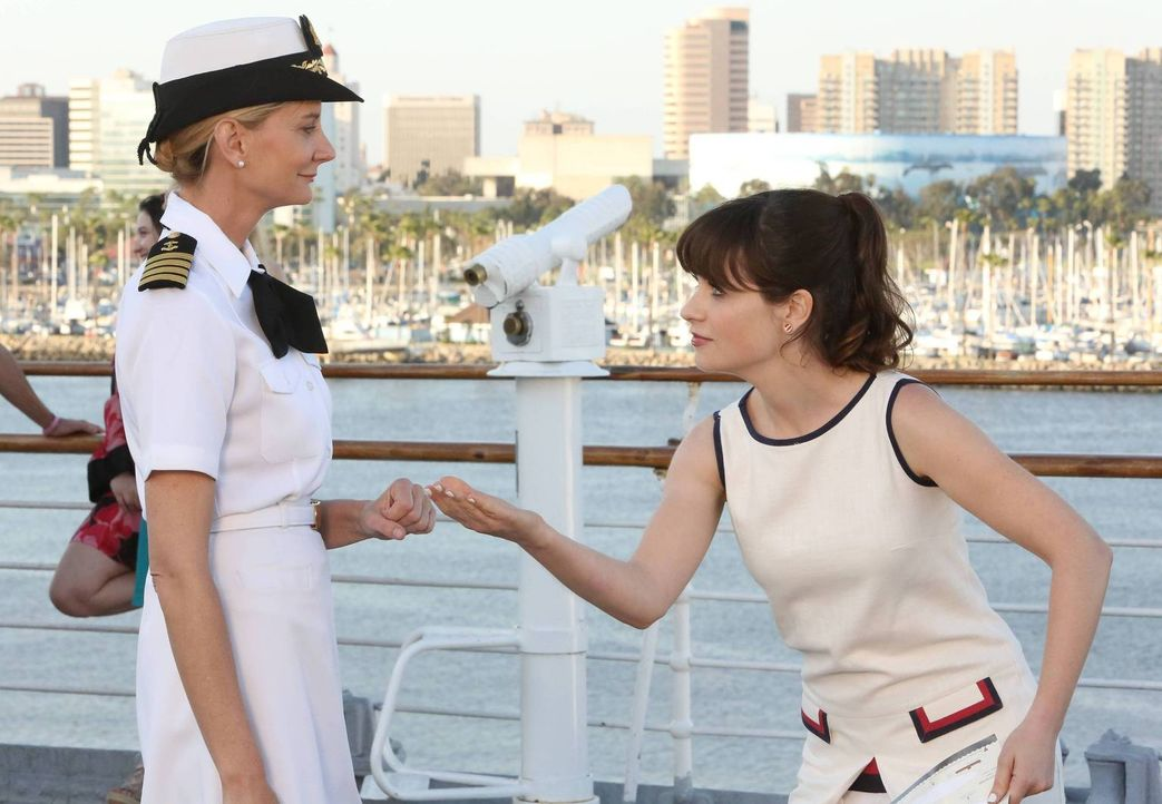 Werden viel Spaß miteinander haben: Jess (Zooey Deschanel, r.) mit Captain Jan Nortis (Kerri Kenney-Silver, l.) ... - Bildquelle: 2014 Twentieth Century Fox Film Corporation. All rights reserved.