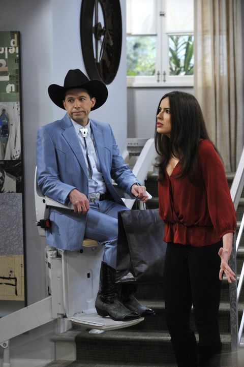 Als er aus dem Krankenhaus zurückkommt, wird Alan (Jon Cryer, l.) von seiner Familie mit viel Liebe und Aufmerksamkeit überschüttet. Zoey (Sophie Wi... - Bildquelle: Warner Brothers Entertainment Inc.