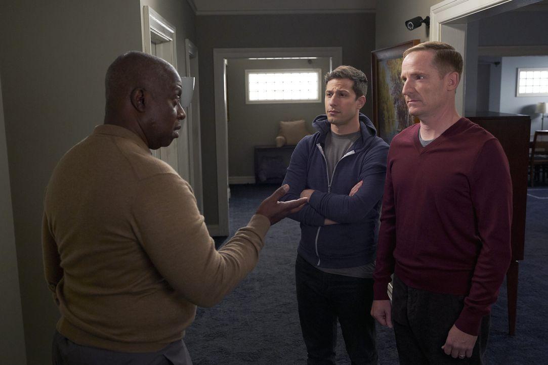 (v.l.n.r.) Captain Ray Holt (André Braugher); Jake Peralta (Andy Samberg); Kevin Cozner (Marc Evan Jackson) - Bildquelle: John P. Fleenor 2018 UNIVERSAL TELEVISON LLC. All rights reserved. / John P. Fleenor