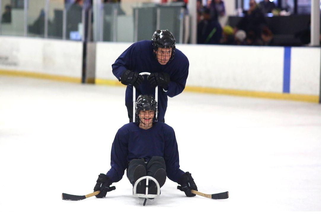 JJ (Micah Fowler, l.) würde gerne einem Schlittenhockeyteam beitreten, das nur aus Menschen mit Behinderungen besteht. Jimmy (John Ross Bowie, r.) f... - Bildquelle: 2016-2017 American Broadcasting Companies. All rights reserved.