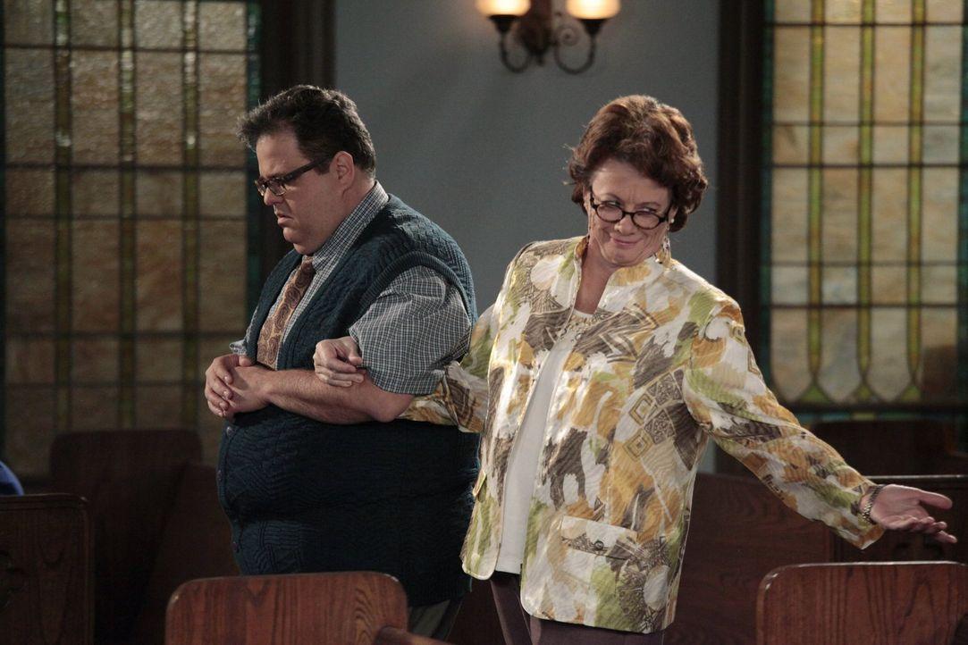 Die Generalprobe für die Hochzeit von Mike und Moly: Peggy (Rondi Reed, r.) und Harry (David Anthony Higgins, l.) ... - Bildquelle: Warner Brothers