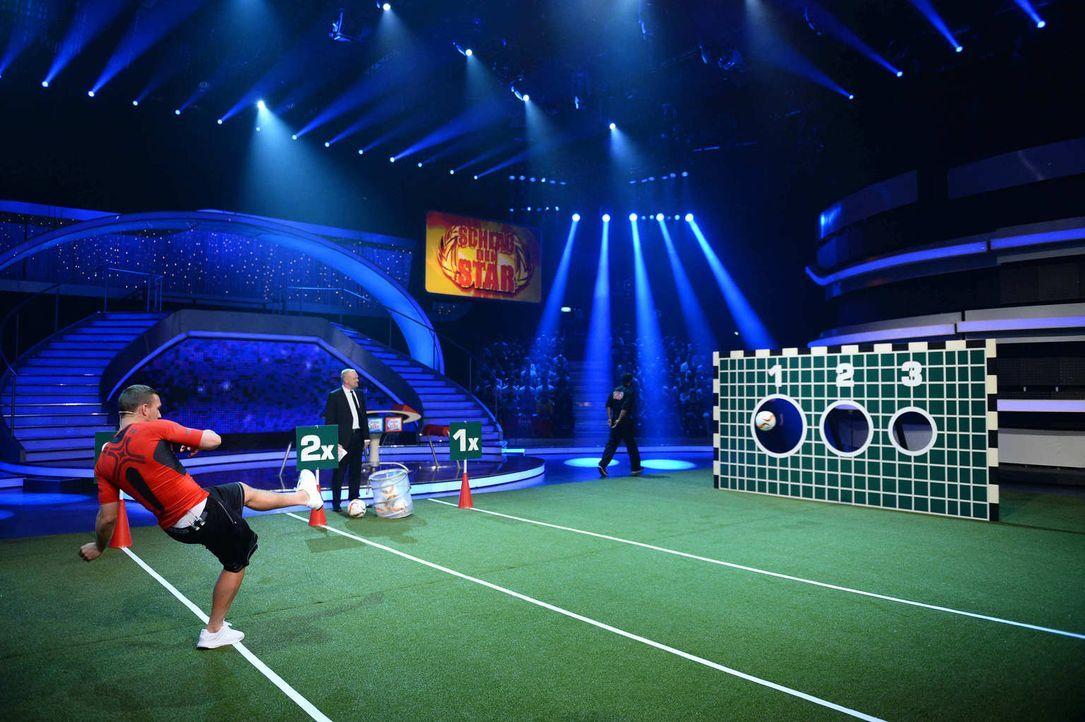Wird Nationalspieler Lukas Podolski (l.) alle Bälle im Netz versenken? Stefan Raab (2.v.l.) ist gespannt ... - Bildquelle: Willi Weber ProSieben