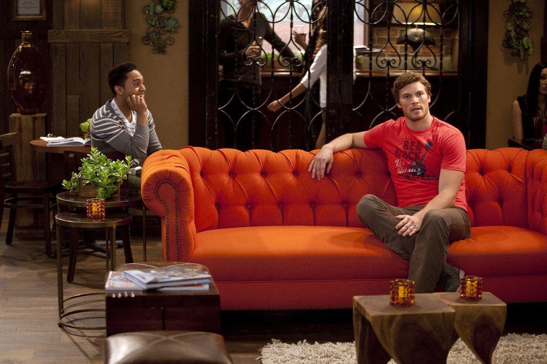 Danny (Derek Theler, r.) und Tucker (Tahj Mowry, l.) sind von Bonnies Anwesenheit zunehmend genervt, da ihre Alltagsroutine durch sie gestört wird .... - Bildquelle: Randy Holmes ABC Family