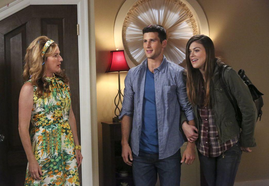 Während sich Sheila (Ana Gasteyer, l.) über den Besuch von Ryan (Parker Young, M.) und seiner Freundin (Lindsey Shaw, r.) freut, ist es für Tessa ni... - Bildquelle: Warner Brothers
