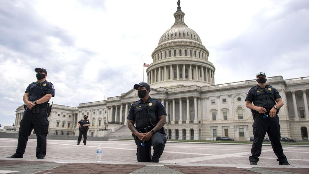 Polizisten in den USA solidarisierten sich mit den Demonstranten und machten den Kniefall. - Bildquelle: picture alliance / newscom