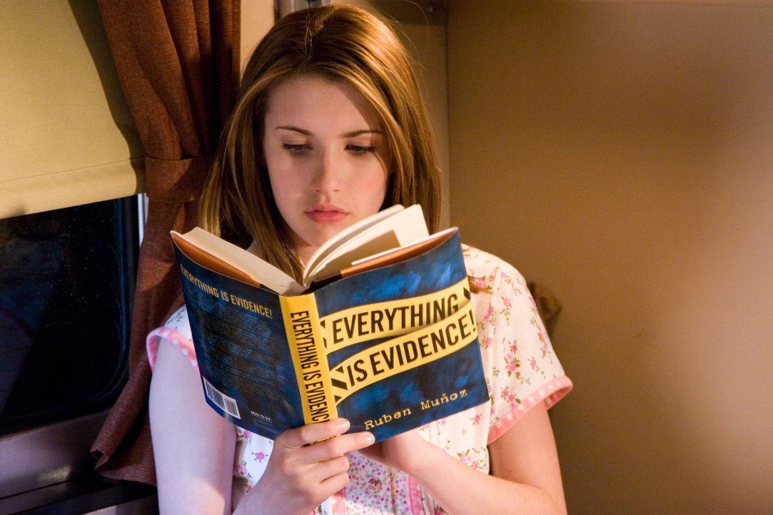 Klärt den Tod der berühmten Schauspielerin Dehlia Draycott auf: Nancy Drew (Emma Roberts) ... - Bildquelle: All rights reserved Warner Brothers International Television Distribution Inc.