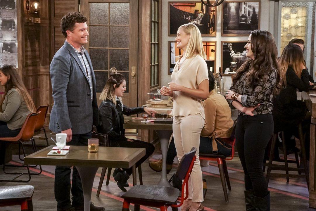 Professor Reynolds (Pat Finn, l.) lädt Caroline (Beth Behrs, M.) und Max (Kat Dennings, r.) ein, an der Universität über ihr Geschäft zu sprechen. U... - Bildquelle: Warner Bros. Television