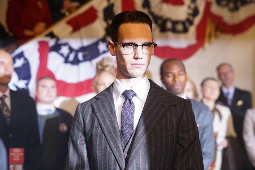 Steht Penguin bei den Wahlen zum Bürgermeister zur Seite: Edward Nygma (Cory Michael Smith) ... - Bildquelle: Warner Brothers