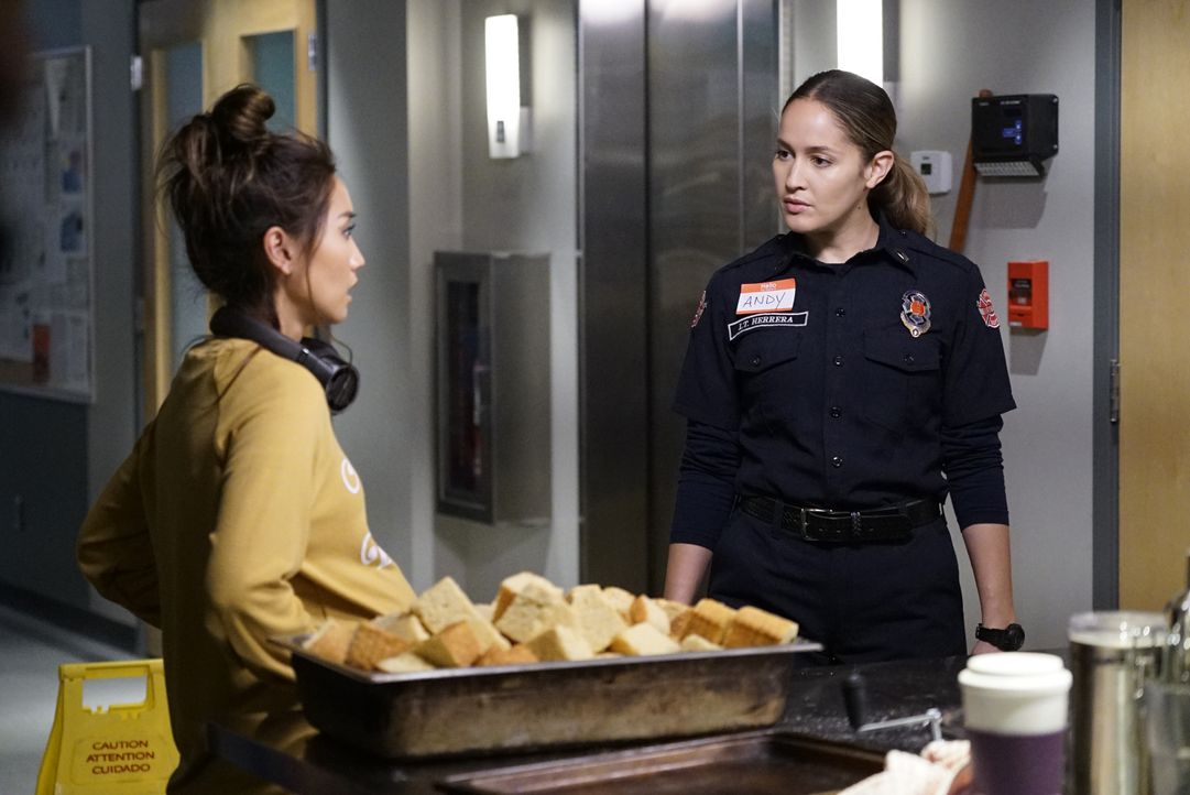 JJ (Brenda Song, l.); Andy Herrera (Jaina Lee Ortiz, r.) - Bildquelle: Kelsey McNeal 2020 American Broadcasting Companies, Inc. All rights reserved. / Kelsey McNeal