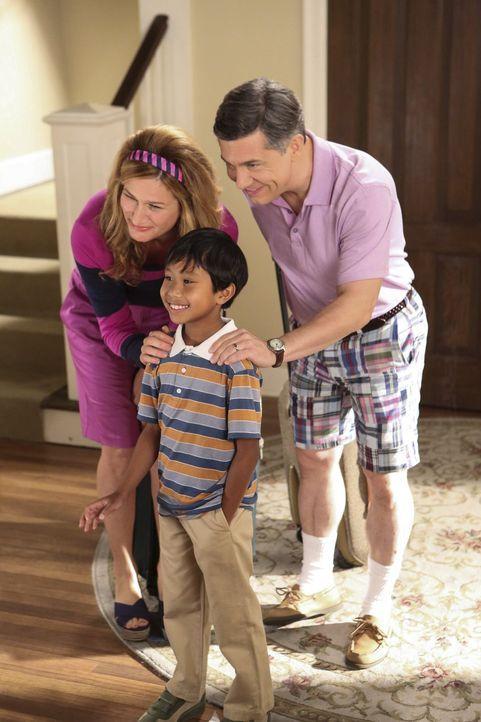 Sheila (Ana Gasteyer, l.) und Fred (Chris Parnell, r.) fühlen sich einsam zu Hause und holen sich deshalb den kleinen Victor (Bryson Barretto, M.) a... - Bildquelle: Warner Brothers