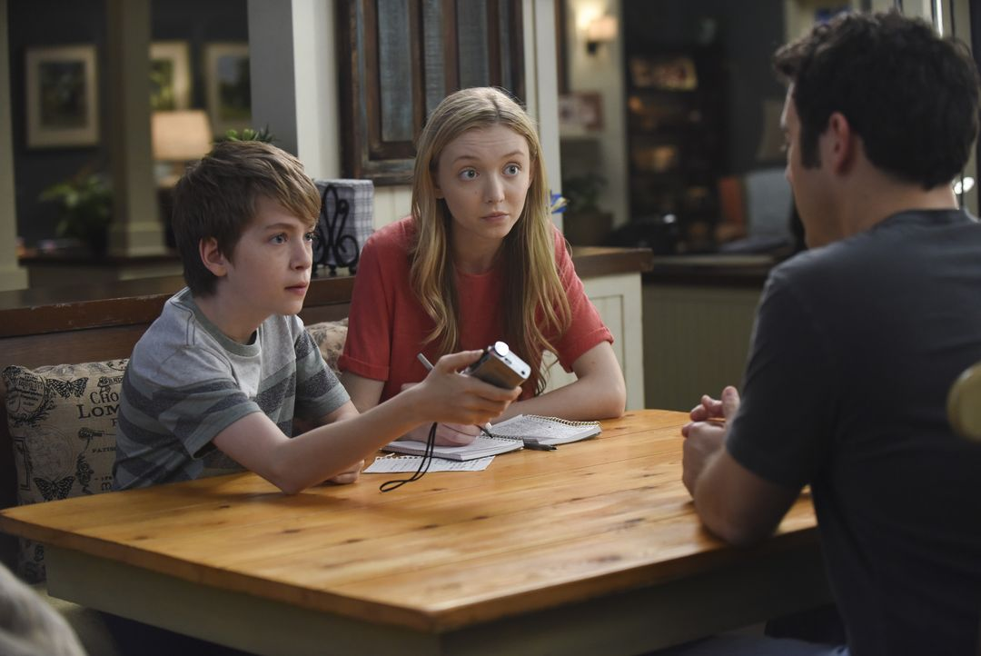Ethan (Connor Kalopsis, l.) und Lizzie (Hana Hayes, M.) interviewen ihren Vater Stewart (Fred Savage, r.) über den bevorstehenden Prozess, der die Z... - Bildquelle: 2015-2016 Fox and its related entities.  All rights reserved.