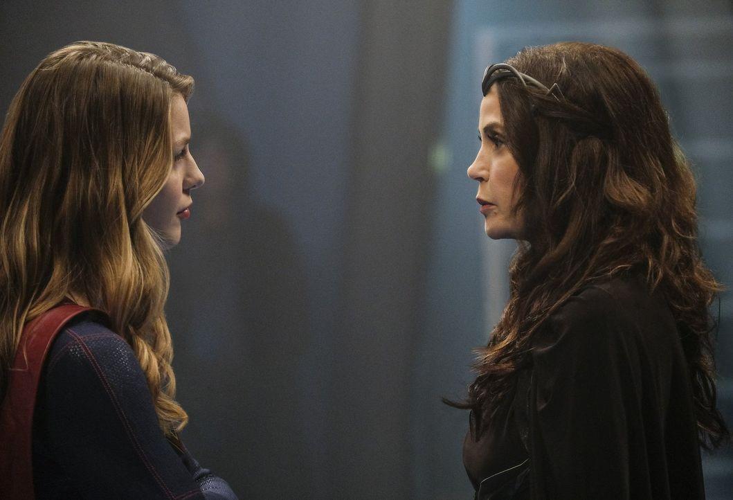 Wird Supergirl (Melissa Benoist, l.) Rhea (Teri Hatcher, r.) helfen und somit die Liebe ihres Lebens für immer verlieren? - Bildquelle: 2016 Warner Brothers