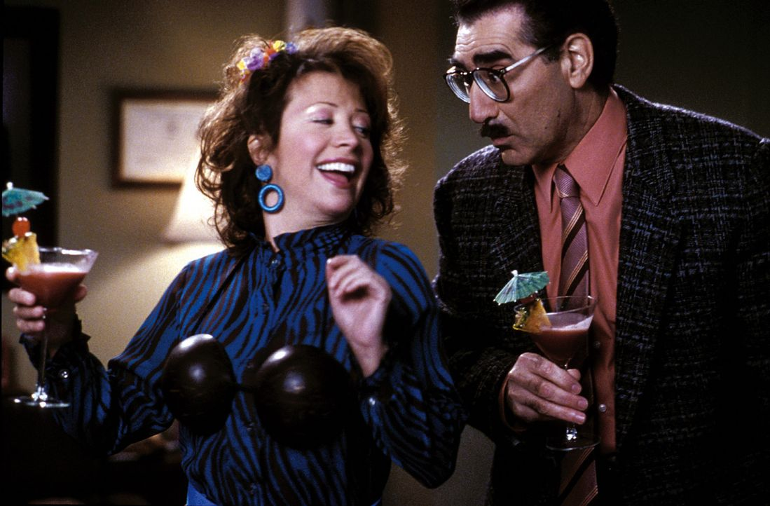 Der korrupte Direktor Collins (Eugene Levy, r.) und dessen Freundin, die Cafeteria-Chefin Ms. Heller (Cheri Oteri, l.), wollen Harry und Lloyd als A... - Bildquelle: Warner Bros.