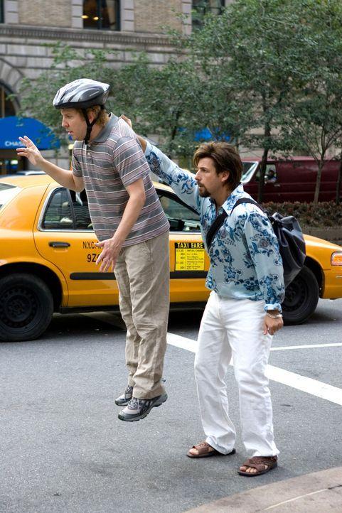 Leg dich nicht mit Zohan (Adam Sandler, r.) an! Für Michael (Nick Swardson, l.) kommt diese Warnung zu spät ... - Bildquelle: 2008 Columbia Pictures Industries, Inc. and Beverly Blvd LLC. All Rights Reserved.