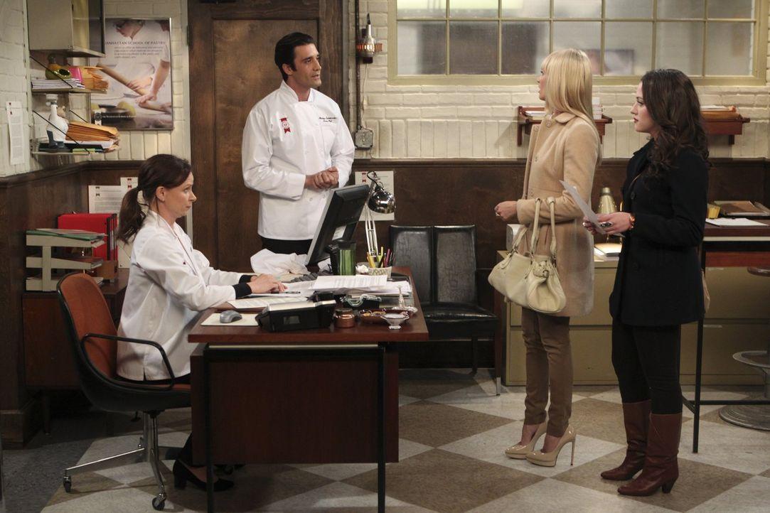 Die selbstbewusste Max (Kat Dennings, r.) beschließt, sich bei der Manhattan School of Pastry zu bewerben. Doch bereits die Anmeldung bei Bebe (Mary... - Bildquelle: Warner Brothers