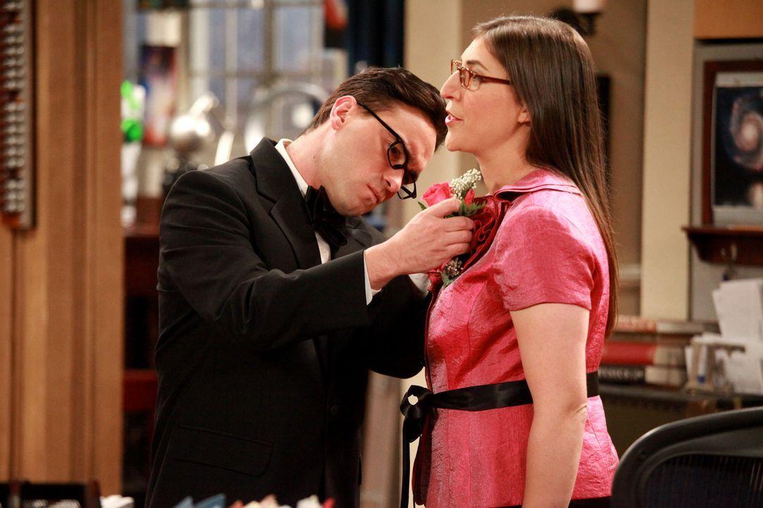 Weil Amy (Mayim Bialik, r.) sauer auf Sheldon ist, fragt sie Leonard (Johnny Galecki, l.), ob er sie auf eine Hochzeitsfeier begleiten würde ... - Bildquelle: Warner Bros. Television