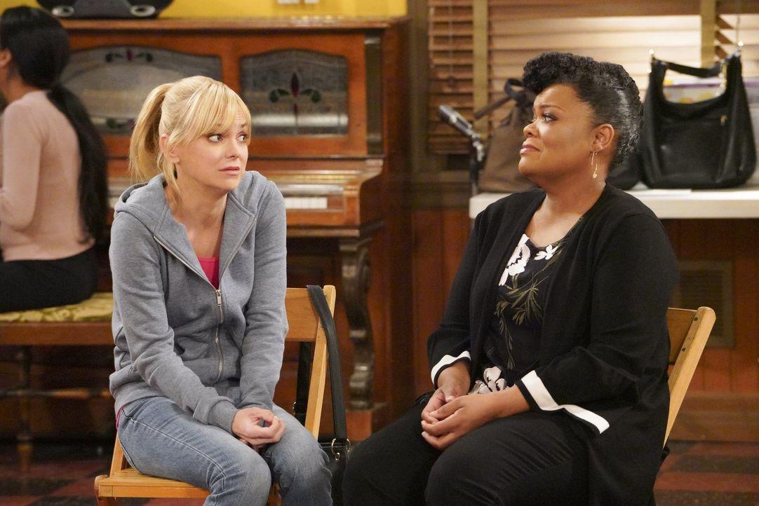 Auch wenn sich in Christy (Anna Faris, l.) alles dagegen sträubt, fordert Nora (Yvette Nicole Brown, r.) sie auf, ihrer Mutter mit mehr Freundlichke... - Bildquelle: 2018 Warner Bros.
