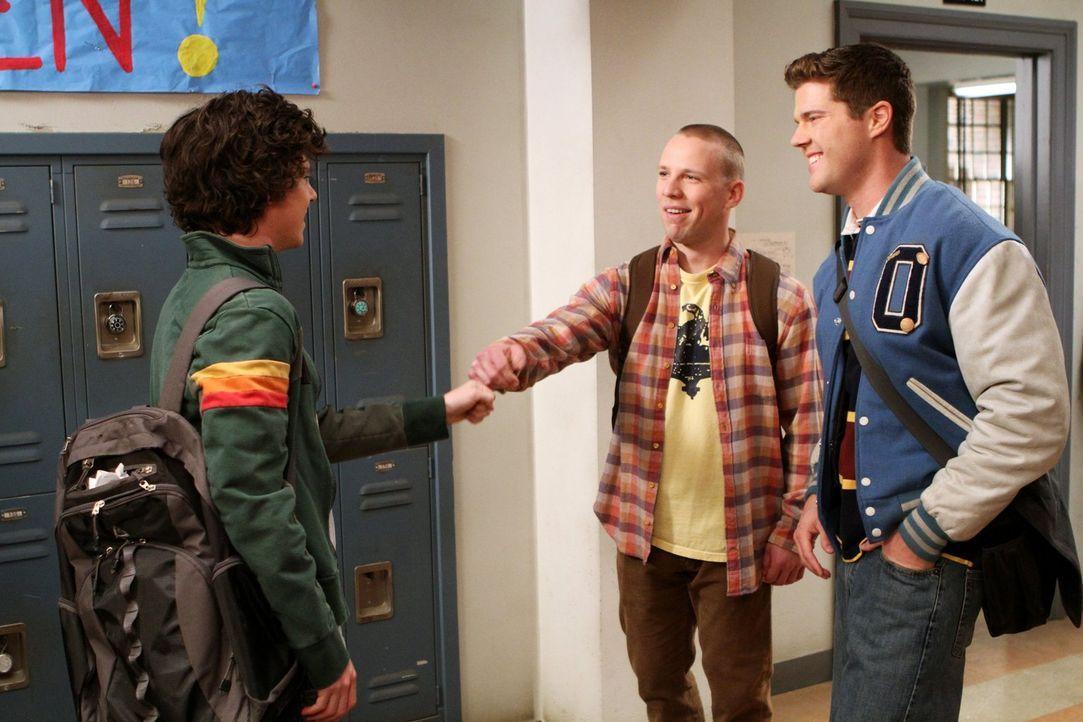 Axl (Charlie McDermott, l.) hat mal wieder Pech, weil er aus Versehen zugestimmt hat, die verrückte Ashley zum Abschlussball zu begleiten. Deshalb ü... - Bildquelle: Warner Brothers