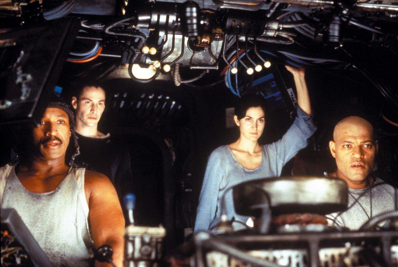 Neben Dozer (Anthony Ray Parker, l.), Trinity (Carrie-Anne Moss, 2. v. r.) und ihrem Captain Morpheus (Laurence Fishburne, r.), gehört auch Neo (Ke... - Bildquelle: Warner Bros. Pictures