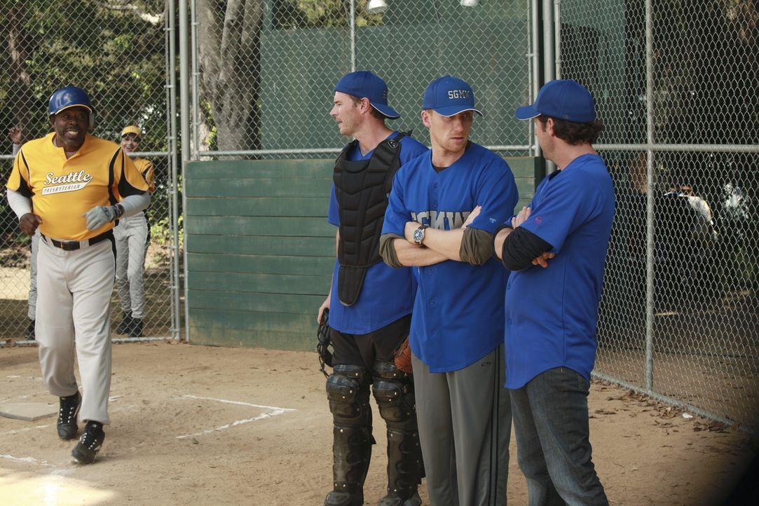 Hoffen, gegen das Seattle Presbyterian Krankenhaus zu gewinnen: Henry (Scott Foley, 2.v.l.), Owen (Kevin McKidd, 2.v.r.) und Derek (Patrick Dempsey,... - Bildquelle: ABC Studios