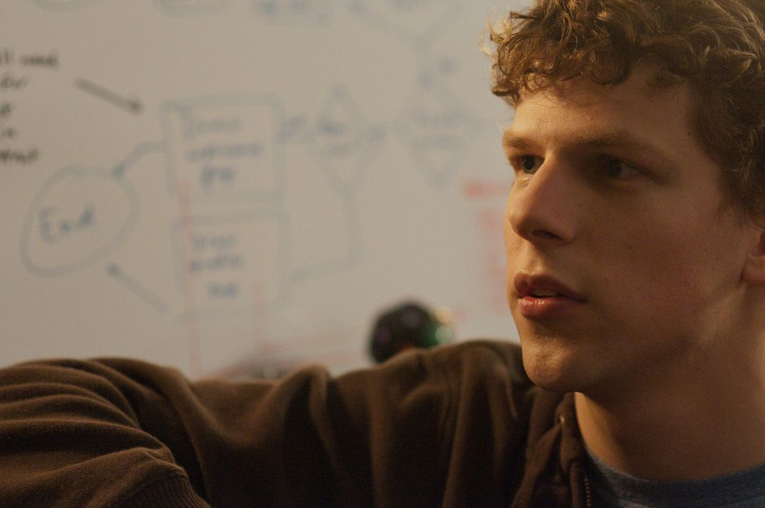 Aus einer Laune heraus gründet der 20-jährige Harvard-Student Mark Zuckerberg (Jesse Eisenberg) die weltweit erfolgreichste Network Plattform und... - Bildquelle: 2010 Columbia Pictures Industries, Inc. and Beverly Blvd LLC. All Rights Reserved.