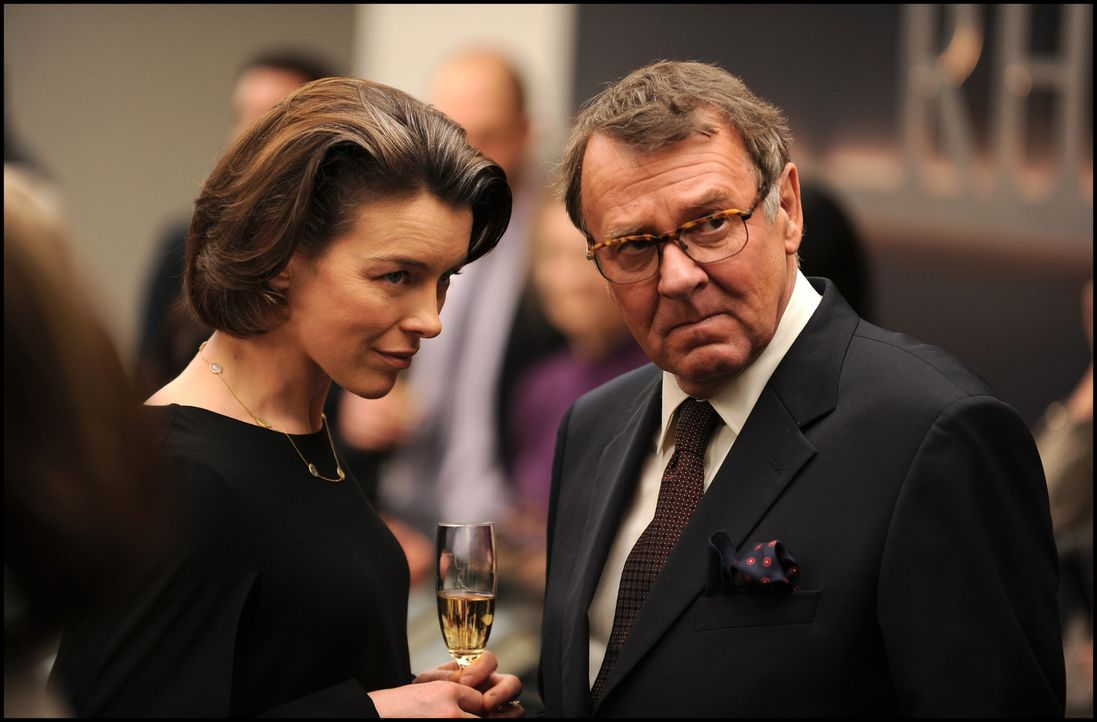 Was versuchen Ruth Lang (Olivia Williams, l.) und Paul Emmett (Tom Wilkinson, r.) zu verheimlichen? - Bildquelle: Kinowelt GmbH