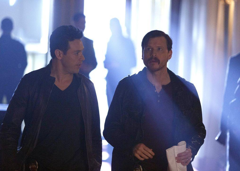 Auf der Suche nach einem mörderischen Satanisten machen nicht nur Dan (Kevin Alejandro, l.) und Malcolm (Kevin Rankin, r.) unglaubliche Entdeckungen... - Bildquelle: 2016 Warner Brothers