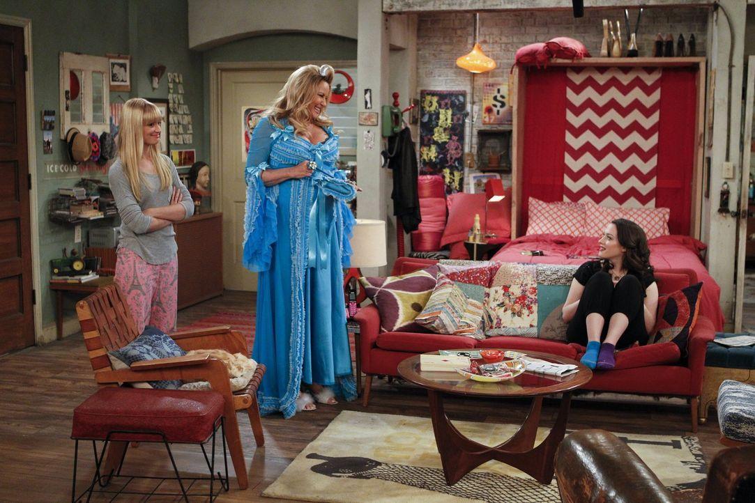 Während Caroline (Beth Behrs, l.) total nüchtern auf Max' (Kat Dennings, r.) Erzählung reagiert, ist Sophie (Jennifer Coolidge, M.) begeistert. Der... - Bildquelle: Warner Bros. Television