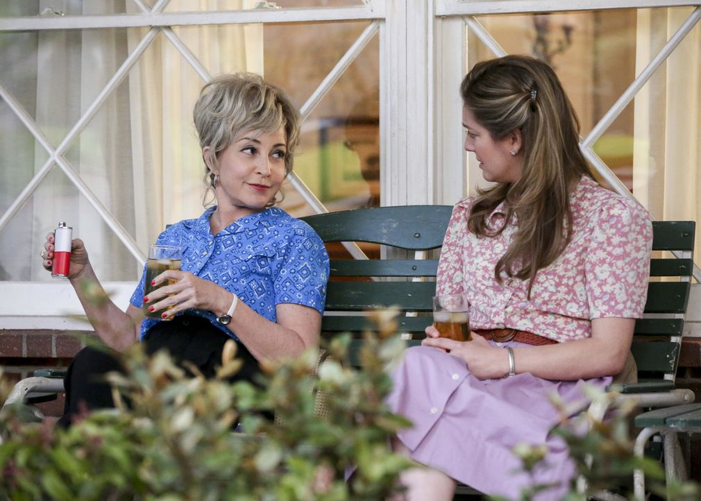 Mary (Zoe Perry, r.) stellt Meemaw (Annie Potts, l.) zur Rede, als sie erfährt, dass sich diese mit gleich zwei Männern trifft, doch da ahnen die be... - Bildquelle: Warner Bros. Television