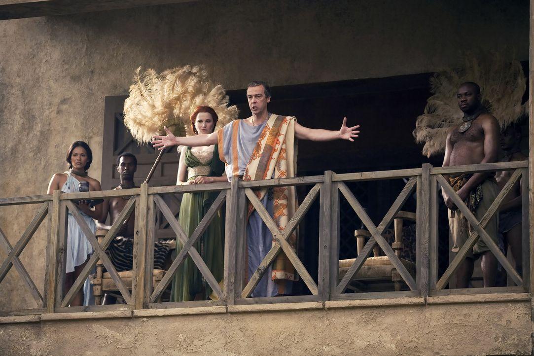 Schenkt Spartacus das Leben, um ihn in Glabers Anwesenheit abschlachten zu lassen: Batiatus (John Hannah, 2.v.r.) mit Lucretia (Lucy Lawless, 3.v.l.... - Bildquelle: 2010 Starz Entertainment, LLC