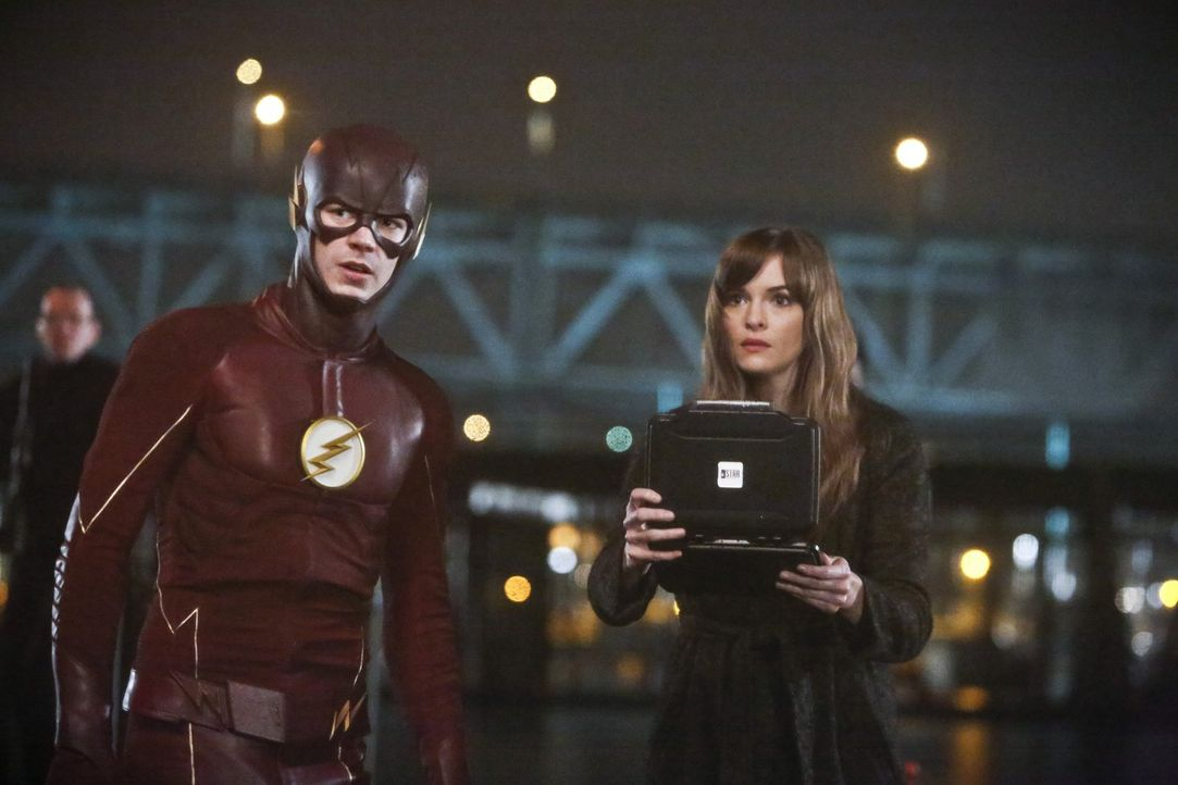 Nachdem King Shark aus dem A.R.G.U.S. Aquarium ausgebrochen ist, müssen sich Barry alias The Flash (Grant Gustin, l.) und Caitlin (Danielle Panabake... - Bildquelle: Warner Bros. Entertainment, Inc.