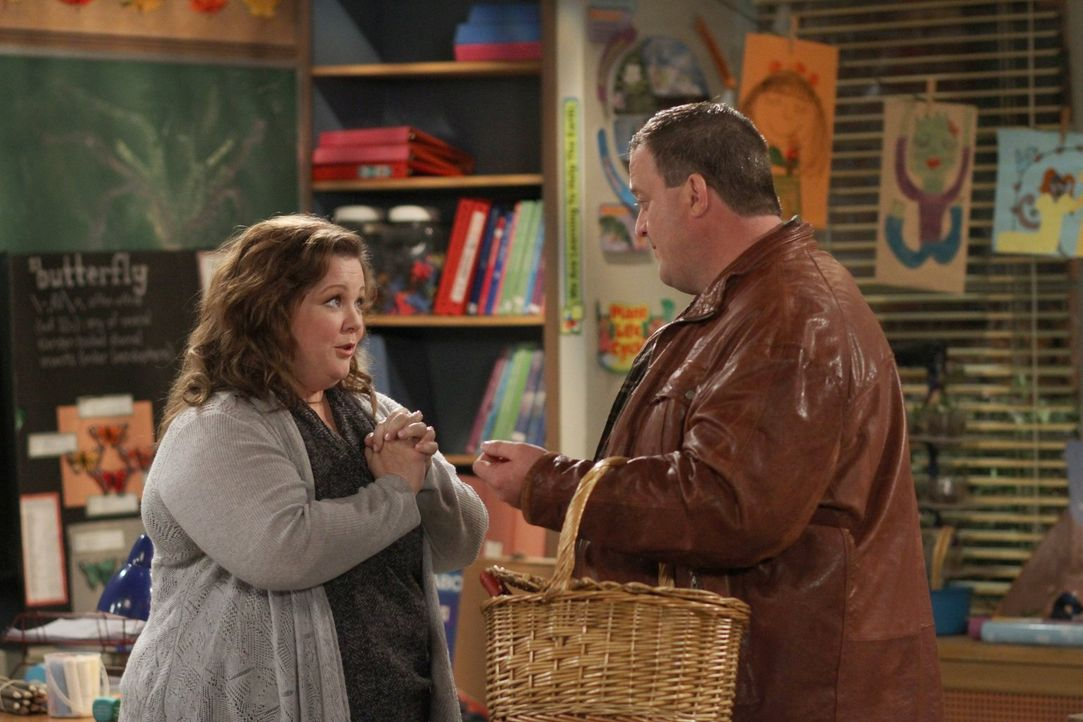 Da Molly (Melissa McCarthy, l.) nur noch Überstunden macht, hat Mike (Billy Gardell, r.) eine ganz besondere Überraschung für seine Verlobte ... - Bildquelle: Warner Brothers