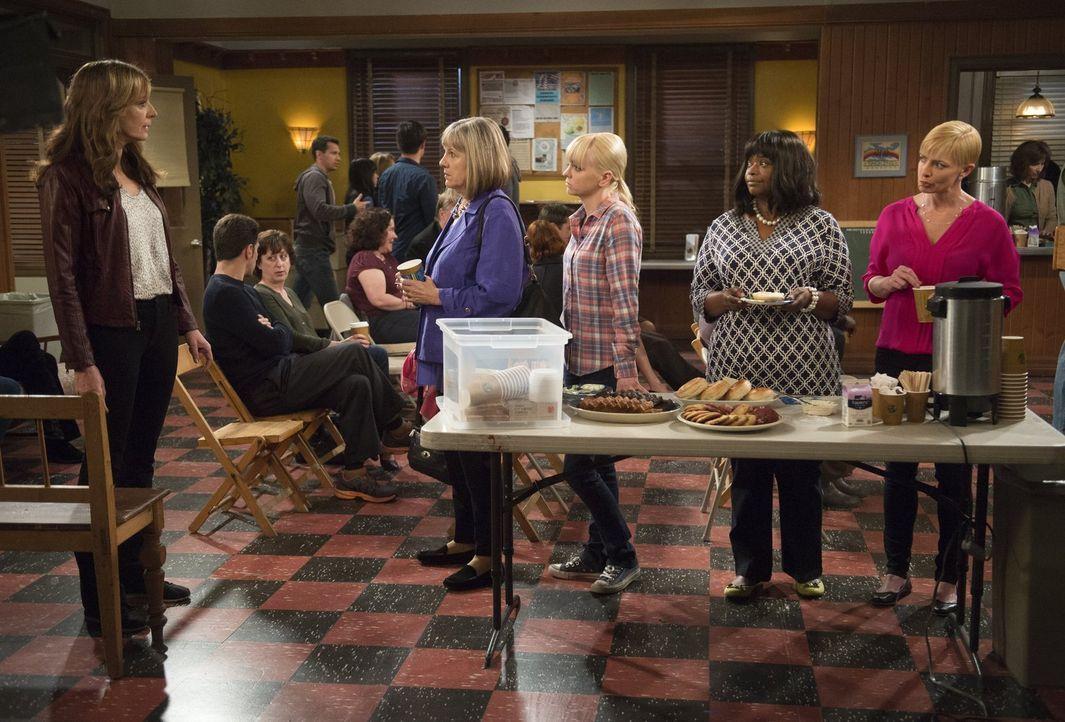 Machen sich Sorgen um (v.l.n.r.) Bonnie (Allison Janney): Marjorie (Mimi Kennedy), Christy (Anna Faris), Regina (Octavia Spencer) und Jill (Jamie Pr... - Bildquelle: Warner Bros. Television