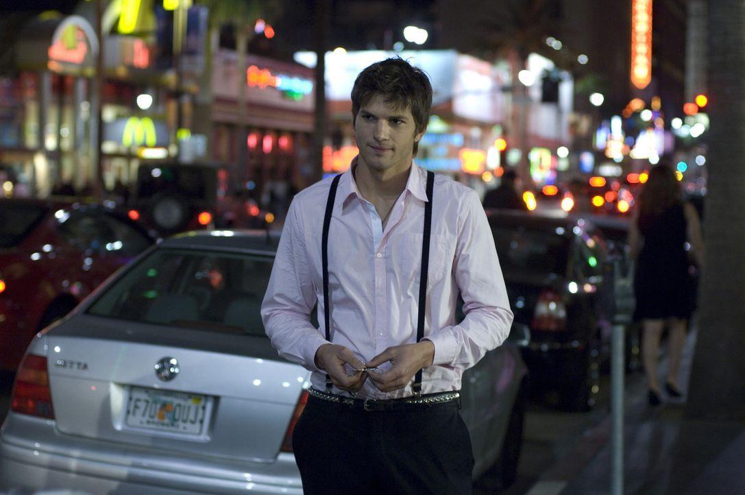 Nikki (Ashton Kutcher) schleppt reiche Frauen aus den angesagten Discos der Stadt ab, um anschließend als Gegenleistung für sexuelle Dienste an de... - Bildquelle: 2008 by EASY A Inc. All Rights Reserved