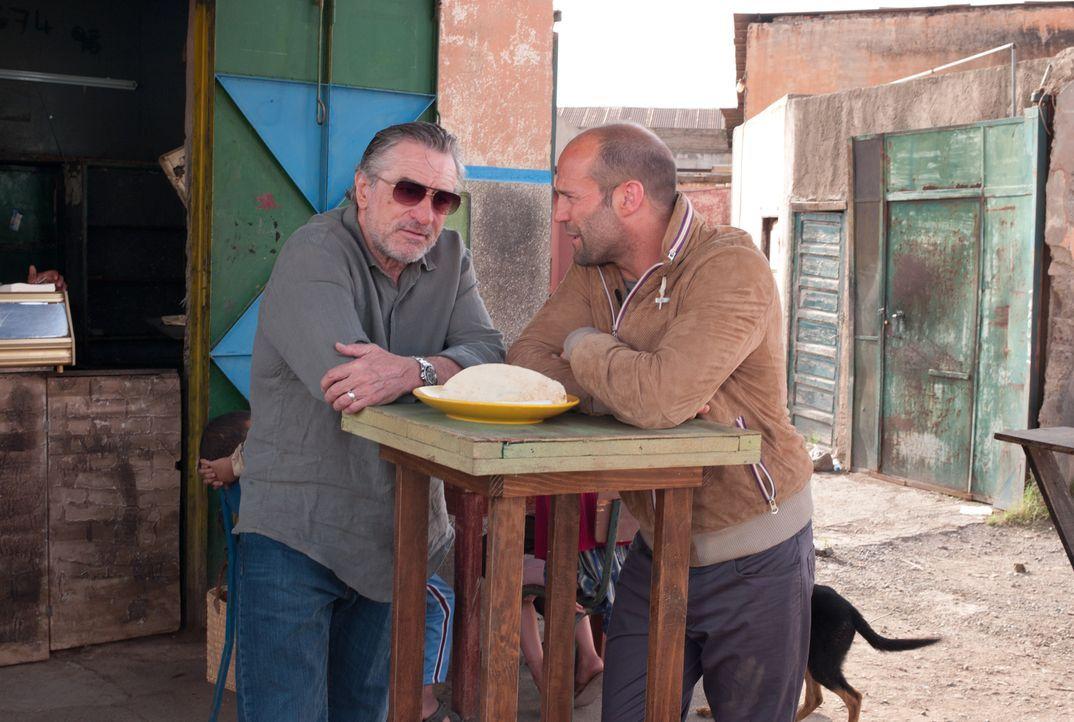 Jahrelang wurde der Auftragskiller Danny Bryce (Jason Statham, r.) von seinem Mentor Hunter (Robert De Niro, l.) ausgebildet, doch dann sorgt ein Au... - Bildquelle: 2011 Concorde Filmverleih GmbH