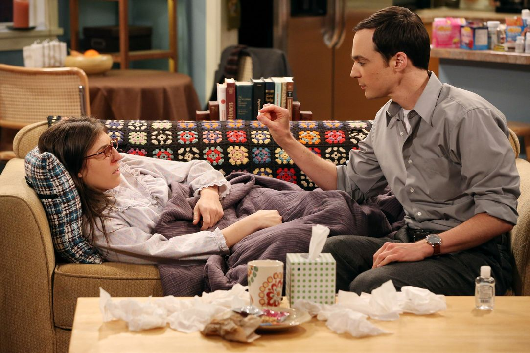 Während Sheldon (Jim Parsons, r.) sich um Amy (Mayim Bialik, l.) kümmert, als sie krank ist, bereitet sich Howard auf einen Ausflug mit seinem Schwi... - Bildquelle: Warner Bros. Television