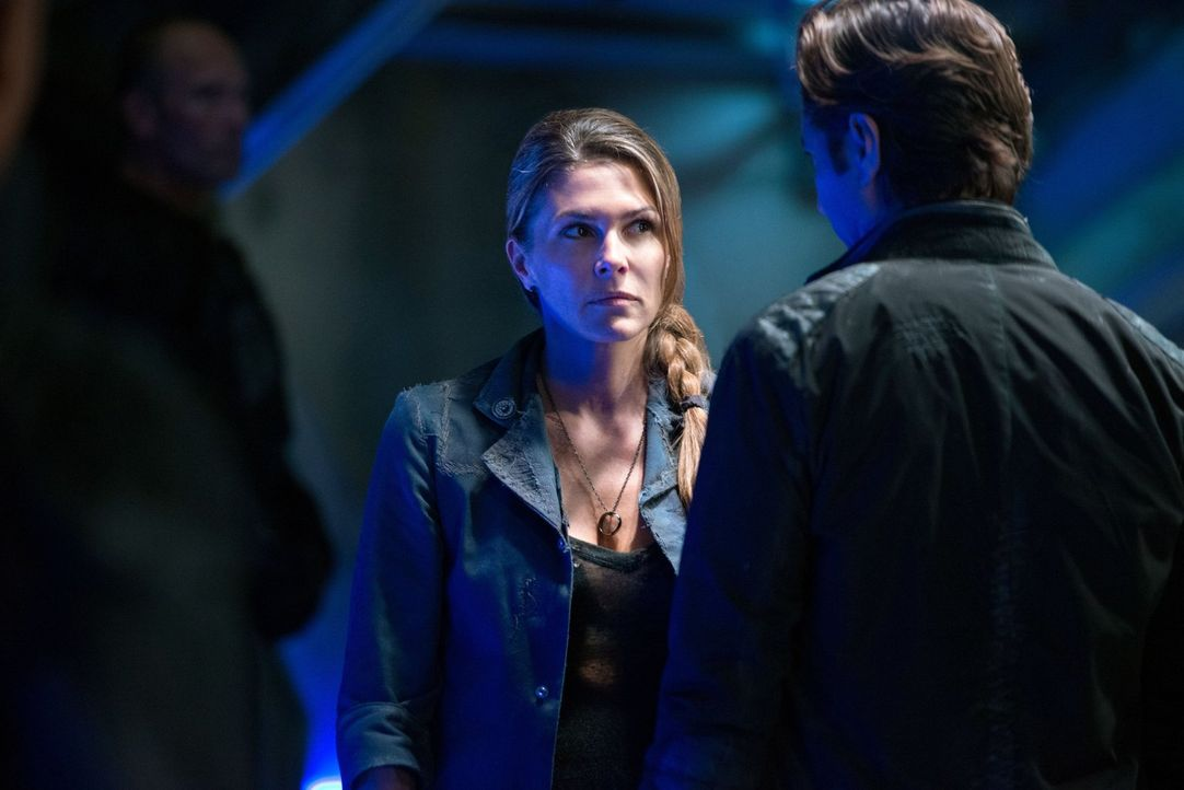 Kommt Kane (Henry Ian Cusick, r.) hinter Abigails (Paige Turco, l.) kleines Geheimnis? - Bildquelle: Warner Brothers