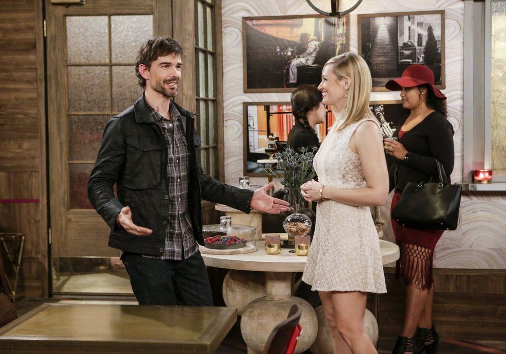 Das erste Date von Bobby (Christopher Gorham, l.) und Caroline (Beth Behrs, r.) steht bevor, doch es verläuft ganz anders als gedacht ... - Bildquelle: Warner Bros. Television