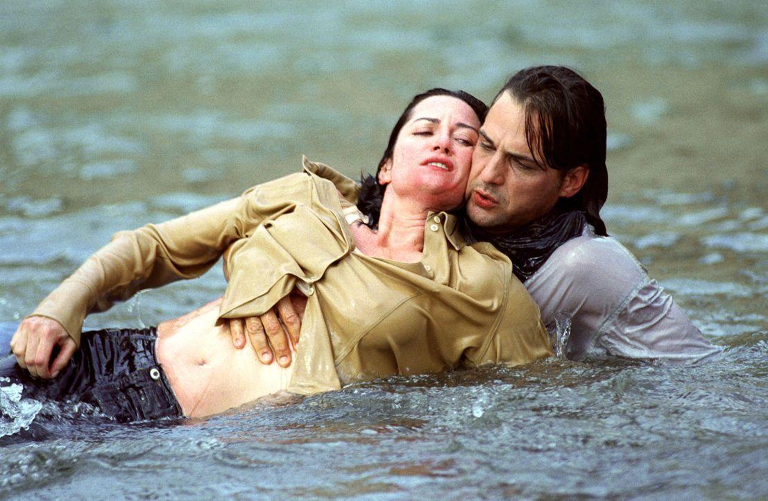 In letzter Minute gelingt es Greg (Robert Seeliger, r.), Katharina (Natalia Wörner, l.) aus dem reißenden Fluss zu retten. - Bildquelle: Sat.1