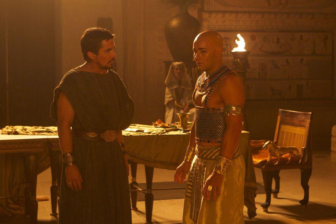 Kaum ist der alte Pharao tot, da vergisst auch schon Pharao Ramses (Joel Edgerton, r.), dass Moses (Christian Bale, l.) nicht nur sein Adoptivbruder... - Bildquelle: 2014 Twentieth Century Fox Film Corporation. All rights reserved.