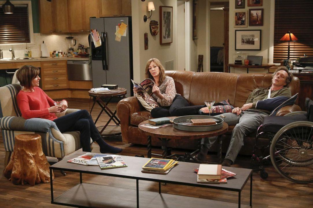 Es nagt ganz schön an Bonnie (Allison Janney, M.), dass als Adam (William Fichtner, r.) einen Autounfall hat, zuerst seine Ex-Frau Danielle (Wendie... - Bildquelle: 2016 Warner Bros. Entertainment, Inc.
