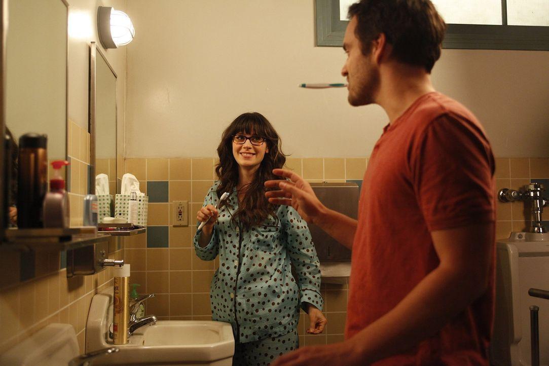 Cece, die vorrübergehend in der WG eingezogen ist, ist sich sicher, dass Nick (Jake M. Johnson, r.) Jess (Zooey Deschanel, l.) nicht nur als Mitbew... - Bildquelle: 20th Century Fox