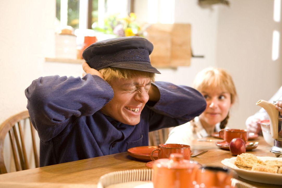 Der Schein trügt: In Lönneberga hängt in Wirklichkeit der Familiensegen schief. Schuld ist der kleine Michel (Bernhard Hoëcker) ... - Bildquelle: ProSieben